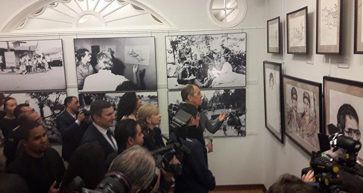 Serguéi Lavrov y Juan Ernesto Vásquez Araya recorren la exposición