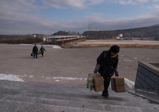 Gente llega al lado norcoreano de la frontera entre Corea del Norte y China