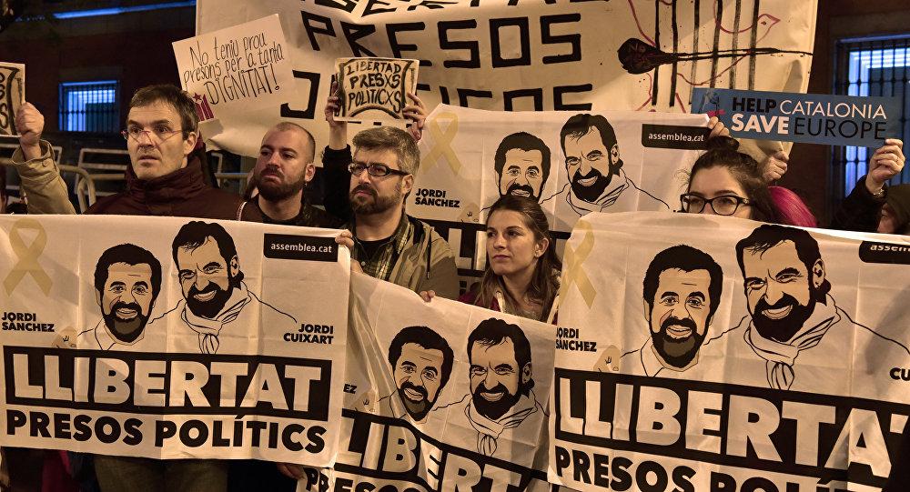 Los catalanes exigen la libertad de presos políticos Jordi Cuixart y Jordi Sánchez (archivo)