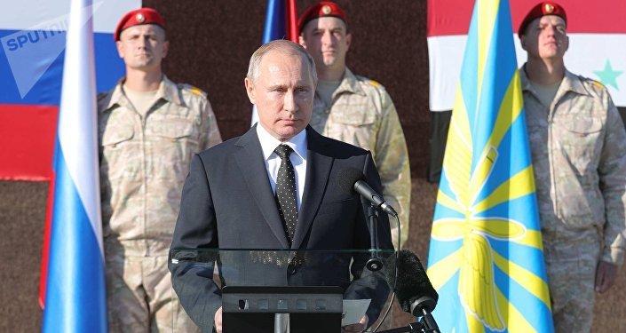 El presidente de Rusia Vladímir Putin en la base aérea Hmeymim, Siria
