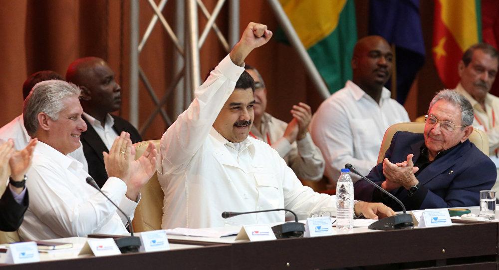 Miguel Diaz-Canel, Nicolas Maduro y Raul Castro durante el XVI Consejo Político de la ALBA-TCP