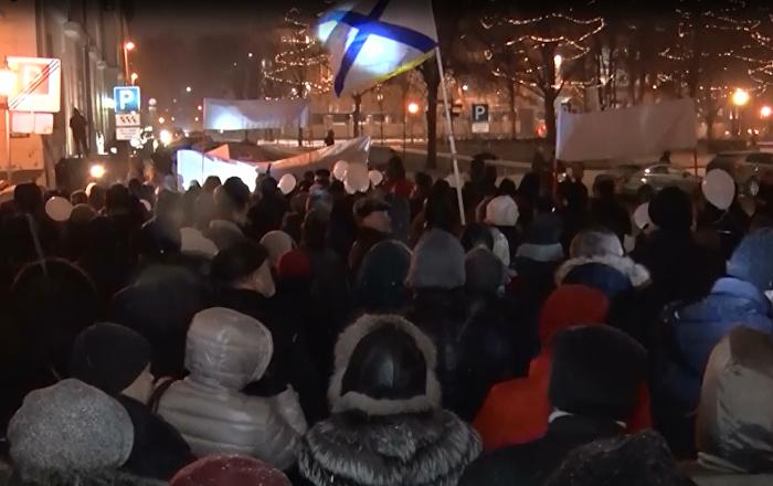 Multitudinaria marcha en Letonia para defender la lengua rusa