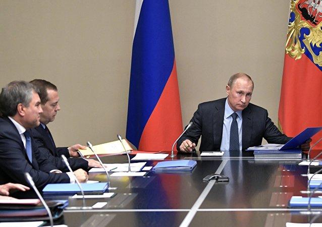 El presidente de Rusia, Vladímir Putin con los miembros permanentes del Consejo de Seguridad ruso (archivo)