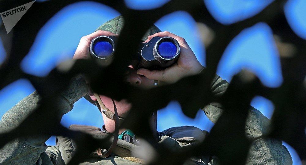 Un soldado con unos prismáticos