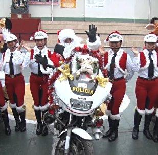 La Policía de Tránsito entra en el ritmo navideño en Perú