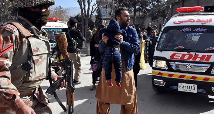 Mueren 9 personas en ataque suicida a iglesia en Pakistán