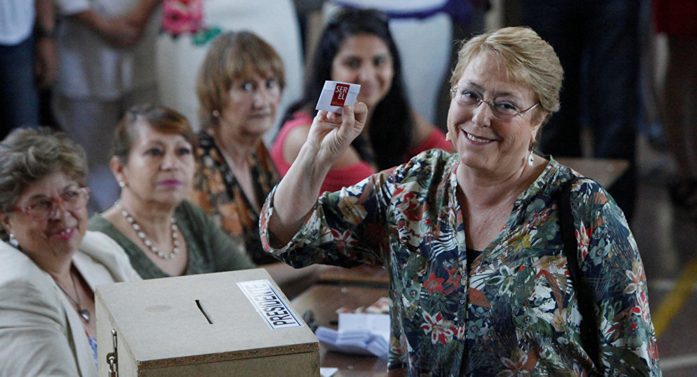 La presidenta de Chile, Michelle Bachelet, vota en la segunda vuelta de las elecciones