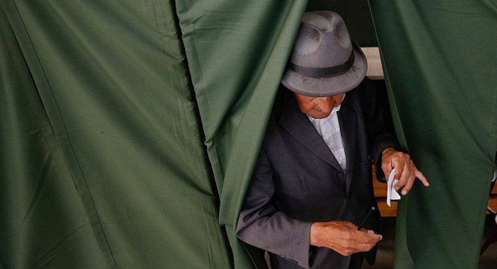 Un hombre votando durante las elecciones presidenciales en Chile