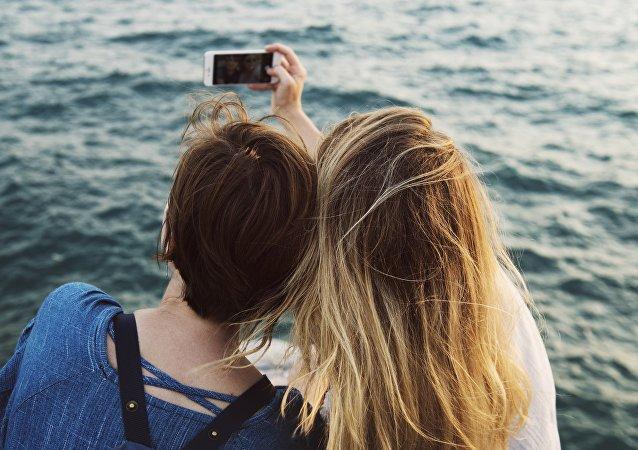Chicas sacan selfi (imagen referencial)