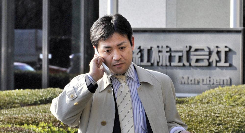 Un empresario japonés camina frente a la empresa comercial japonesa Marubeni en Tokio