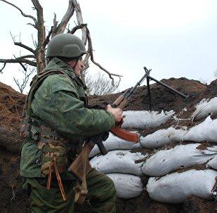 Un miliciano de Donbás en la línea de separación