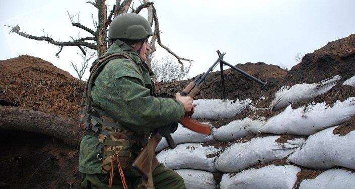 Un miliciano de Donbás en la línea de separación (archivo)