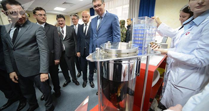 El presidente de Serbia, Aleksandar Vucic, observa novísimas tecnologías rusas