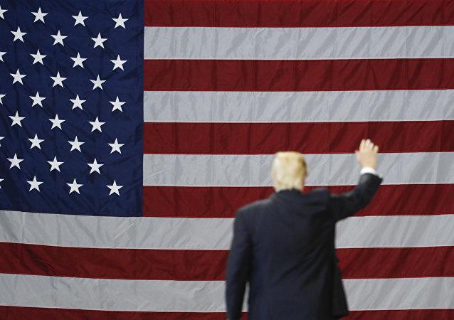 El presidente de EEUU, Donald Trump, con la bandera del país al fondo