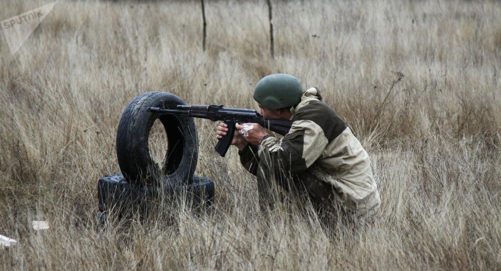 Un miliciano de Donetsk durante los ejercicios militares (imagen referencial)