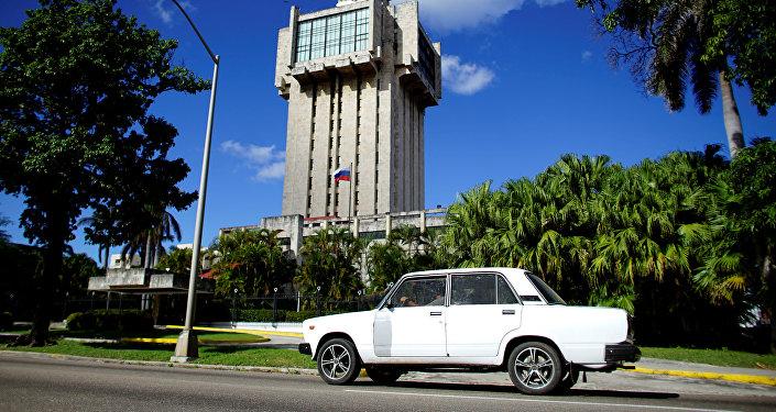 Un Lada de fabricación rusa pasa al lado de la embajada rusa en La Habana