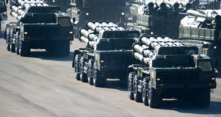 Lanzacohetes múltiple ruso BM-30 Smerch, maniobras (archivo)