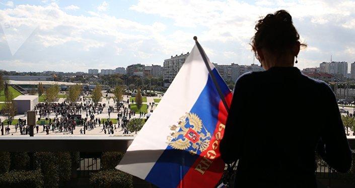 Una mujer con la bandera de Rusia (archivo)