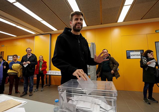 El jugador del FC Barcelona Gerard Piqué durante las elecciones al Parlamento de Cataluña