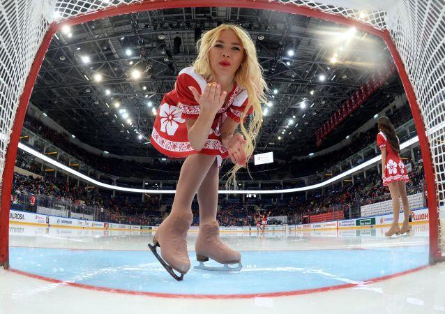 Una chica rusa en un partido de hockey sobre hielo