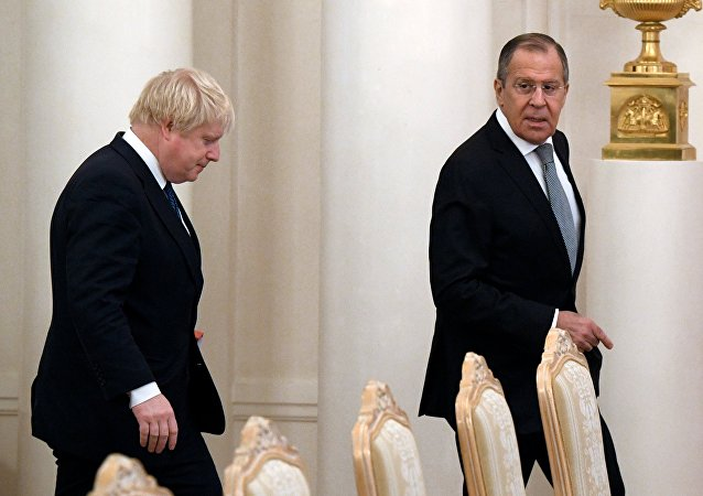 El ministro de Exteriores británico, Boris Johnson y su homólogo ruso, Serguéi Lavrov