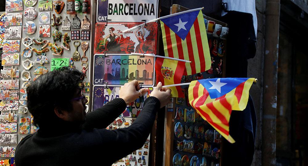 Un hombre con las banderas de Cataluña