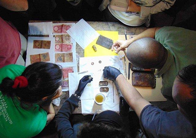 Especialistas trabajan con elementos encontrados en el supuesto refugio nazi de Teyú Cuaré, en Misiones, Argentina