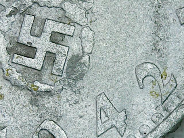 Detalle de moneda de la época del Tercer Reich encontrada en Teyú Cuaré, el presunto refugio nazi en Misiones, Argentina