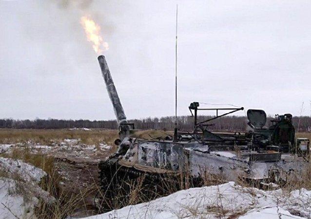 Entrenamiento militar con fuego de morteros Tulipan en la región de Oremburgo