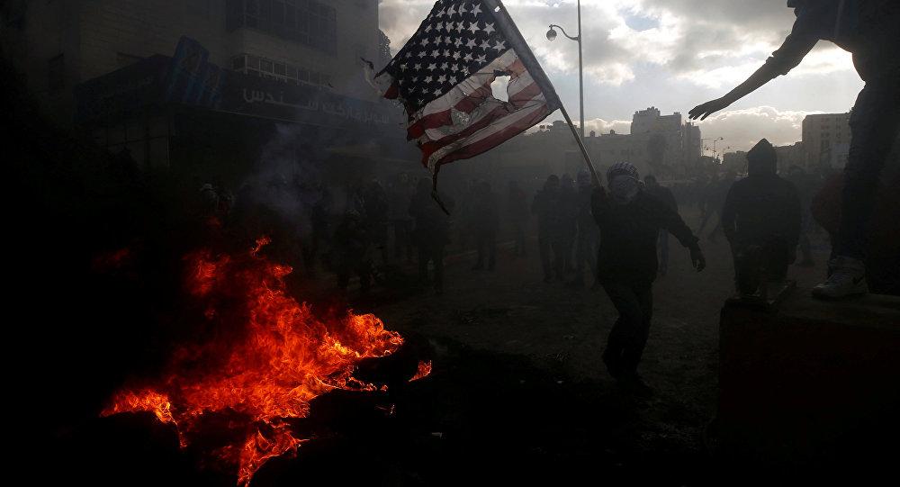 Manifestantes palestinos protestan contra la decisión de Donald Trump sobre Jerusalén