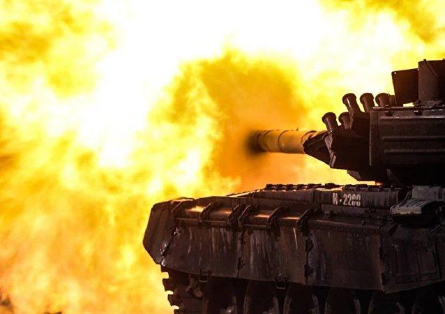 Un tanque T-72B3 durante un entrenamiento en el polígono Gorojovetski