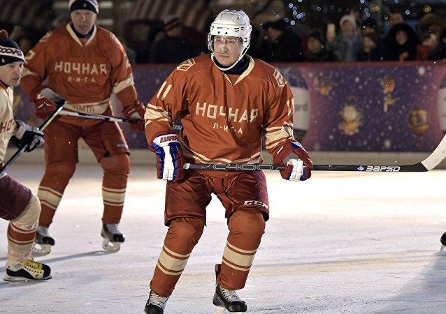 Vladímir Putin, presidente de Rusia, jugando en la Liga Nocturna de Hockey