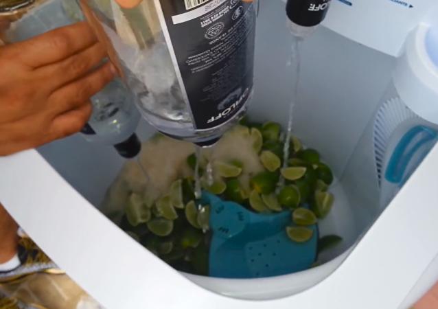 Un grupo de amigos brasileños prepara cócteles utilizando una lavadora, en vez de una coctelera