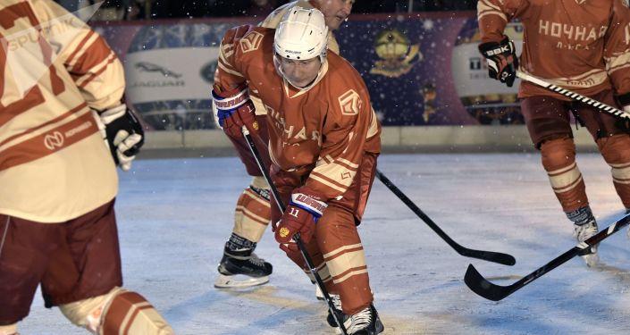 Vladímir Putin juega al hockey en plena Plaza Roja