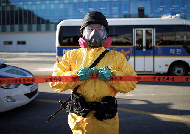 Un policía surcoreano participa en un simulacro de seguridad para los Juegos Olímpicos de Invierno de Pyeongchang 2018