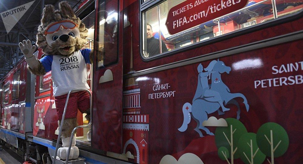 Zabivaka, la mascota del Mundial de Rusia, en el metro de Moscú