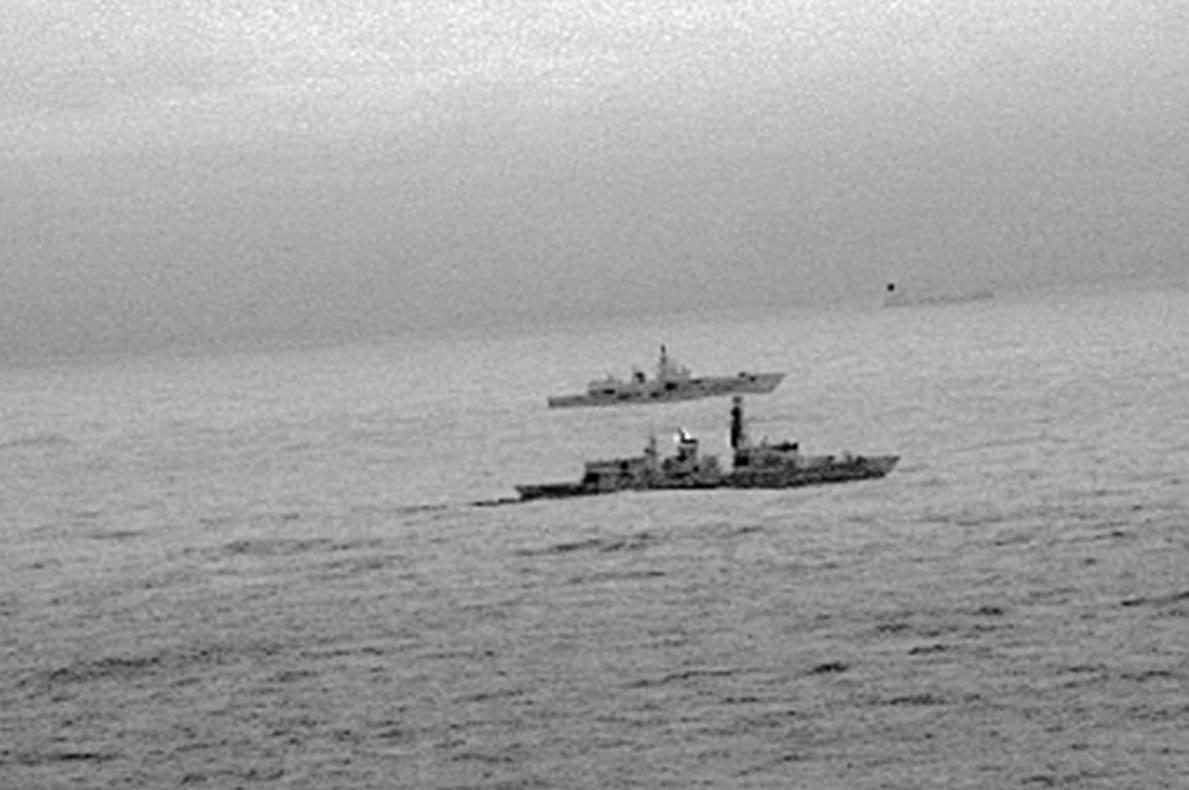 Imágen de una cámara infrarroja de un helicóptero de la Armada del Reino Unido muestra cómo la fragata británica St. Albans escoltó al buque de guerra ruso Almirante Gorshkov