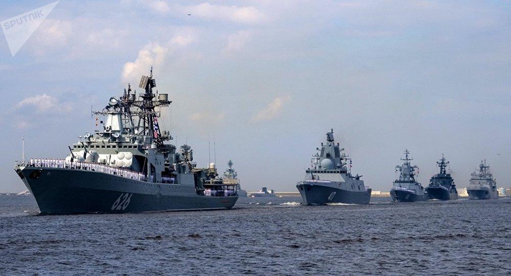 Buque antisubmarino Vicealmirante Kulakov (primero izda.) y la fragata Almirante Gorshkov (segundo izda.) (archivo)