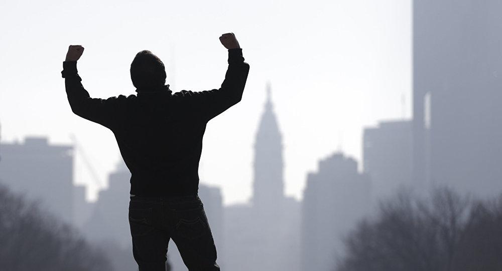 Un turista imita al personaje Rocky Balboa de la película Rocky del año 1976, protagonizada por Sylvester Stallone