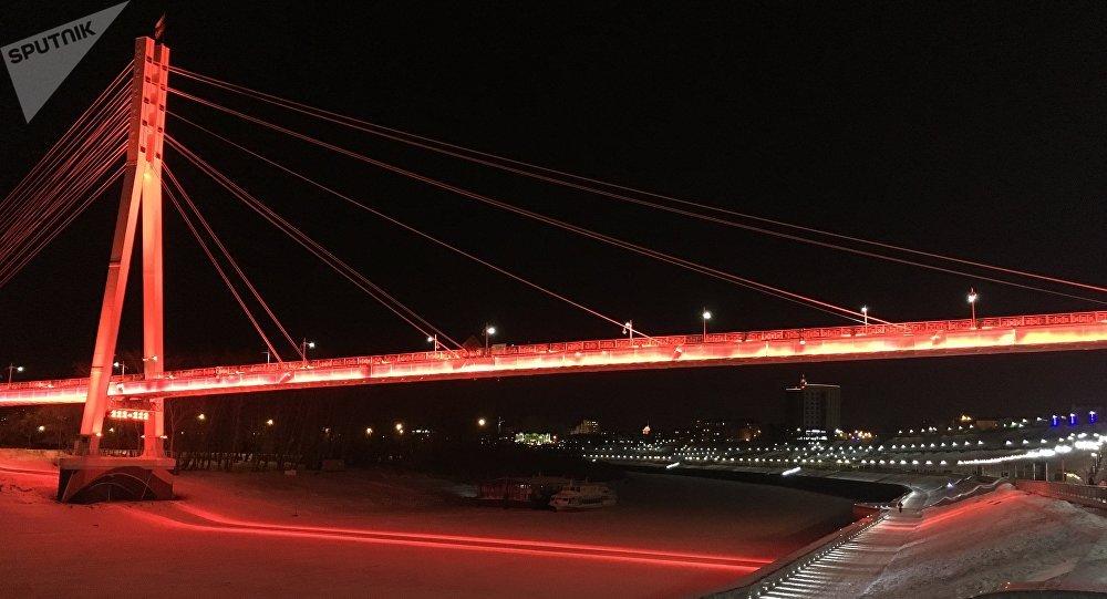 El Puente de los Amantes en el malecón de Tiumén, en invierno