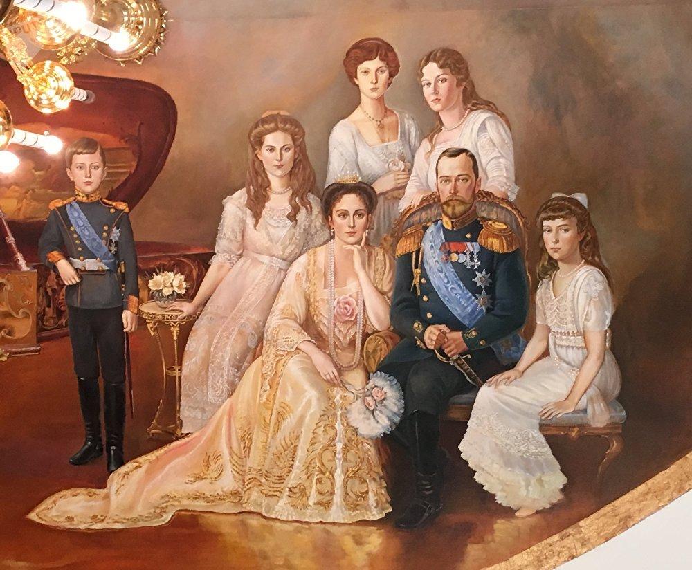 El retrato de la familia real de Nicolás II, pintado en el techo del restaurante 'Románov' en Tobolsk