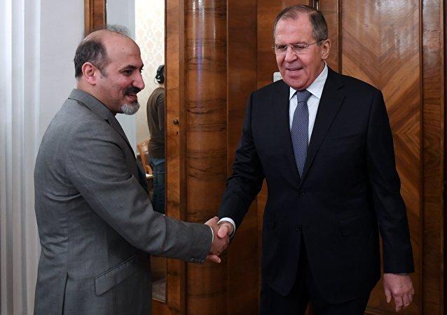 El líder del bloque opositor sirio Ghad al Suri (El Mañana de Siria), Ahmad Yarba, y el canciller ruso, Serguéi Lavrov