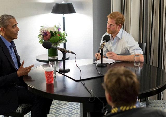 El príncipe Enrique de Inglaterra entrevista a Barack Obama, expresidente de EEUU