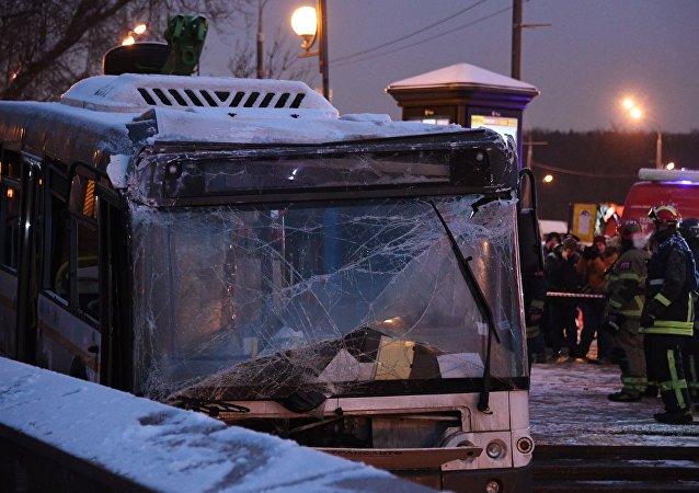 El choque de un autobús contra un paso subterráneo en Moscú