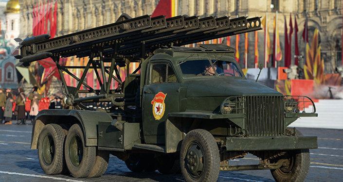 El primer carro de artillería reactiva soviética BM-13, conocido como Katiusha, durante el desfile de la Victoria en la Plaza Roja de Moscú