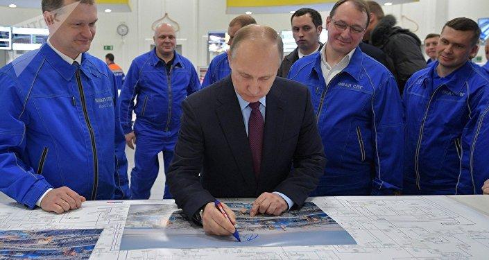 Vladímir Putin visita la planta Yamal SPG