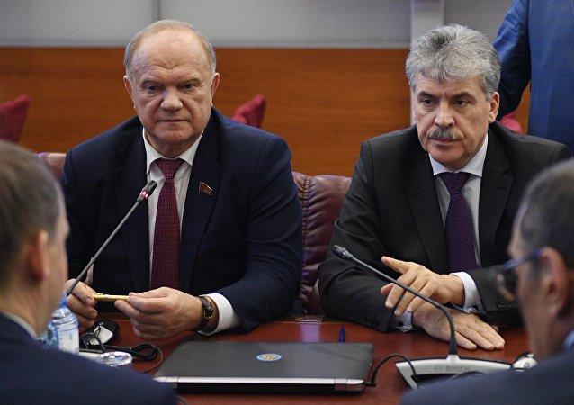 El líder del Partido Comunista de Rusia, Guennadi Ziugánov y el aspirante a las presidenciales, Pável Grudinin