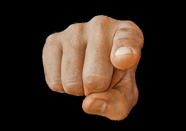 Una mano acusadora (imagen referencial)