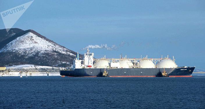 El buque cisterna Grand Aniva en el muelle de la primera planta rusa de licuefacción de gas natural (proyecto Sajalin-2)