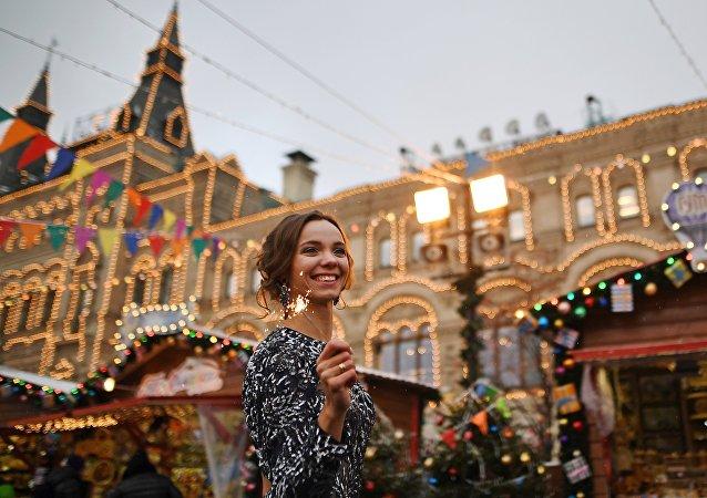 Una joven en la feria navideña cerca del Kremlin en Moscú